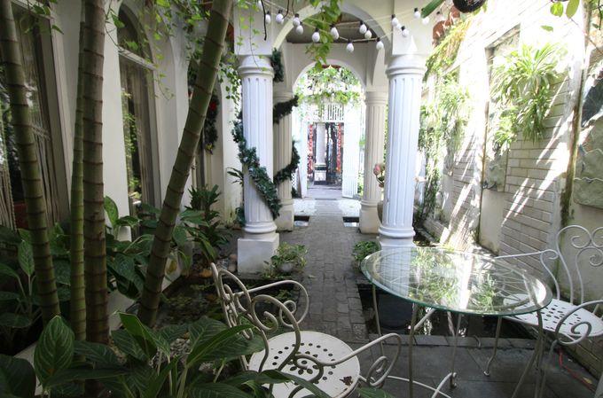 西洋のペンションのような庭付きのスパ