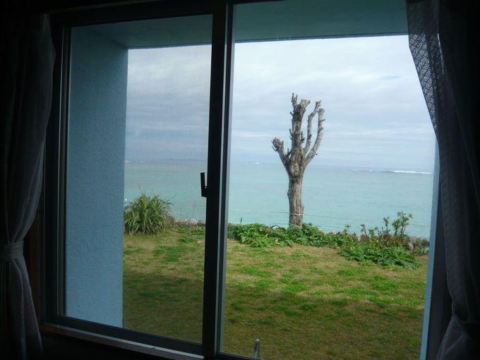 部屋の目の前に広がる、沖縄の青い海!