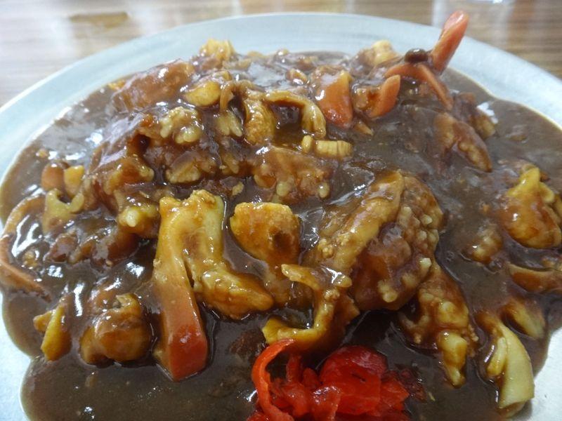 北海道・苫小牧の漁港で食べるマルトマ食堂のホッキカレーは、採れたてホッキ貝がたっぷり!