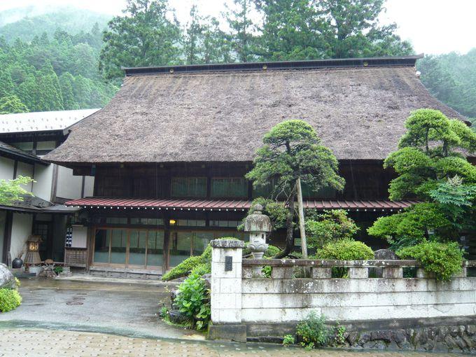 兜造りの茅葺き屋根を持つ建物