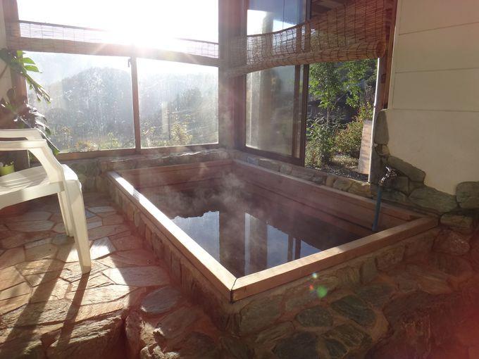 広い湯船と山の景色が広がるお風呂