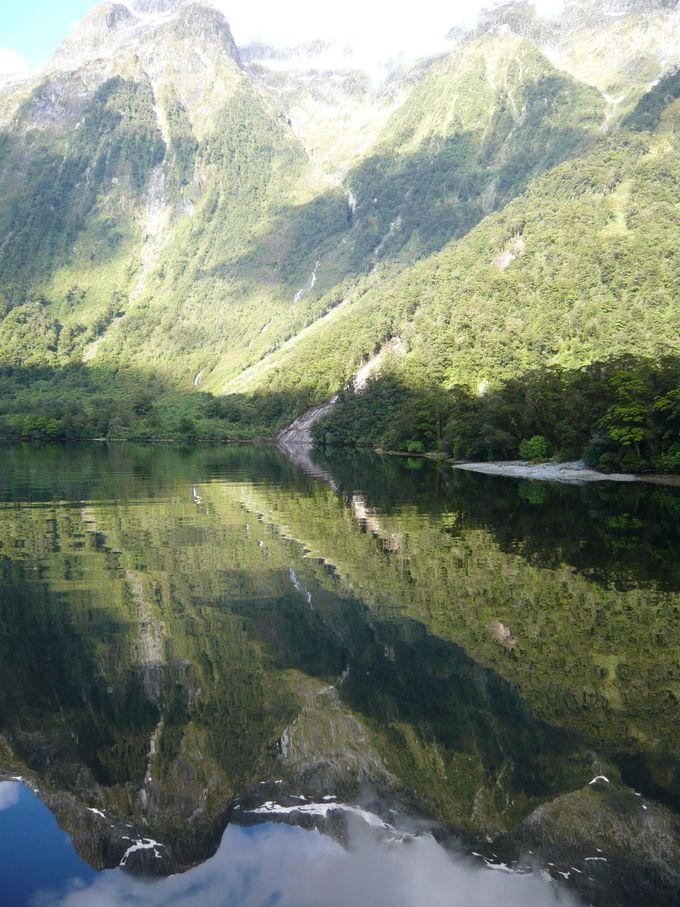 静かな水面に写る絵画のような風景