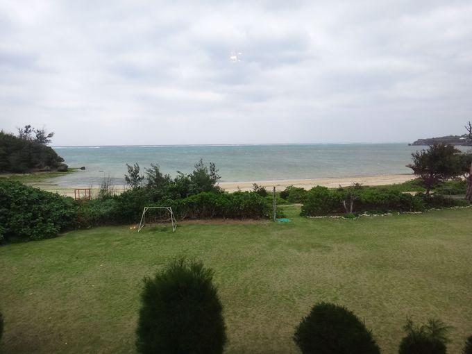 大きな芝生とはだしで行ける海