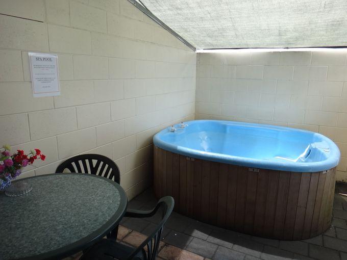 コハイ&コロニアルモーテルのスパプールと温水プール