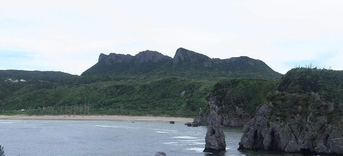 2億年前の石灰岩が形作る熱帯カルスト地形を見ながら森林浴も