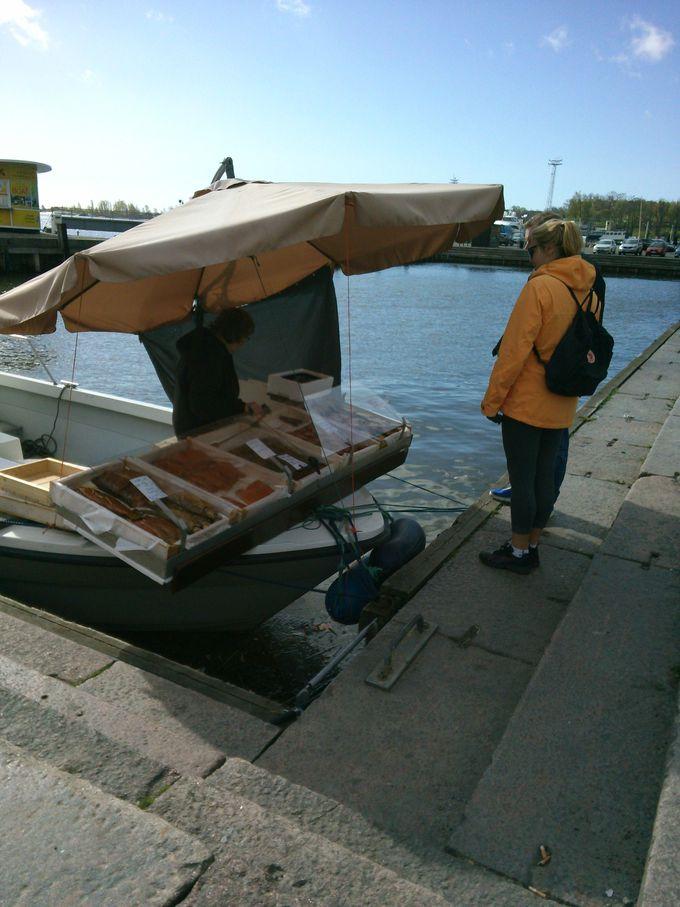 船で魚を売るおばちゃん