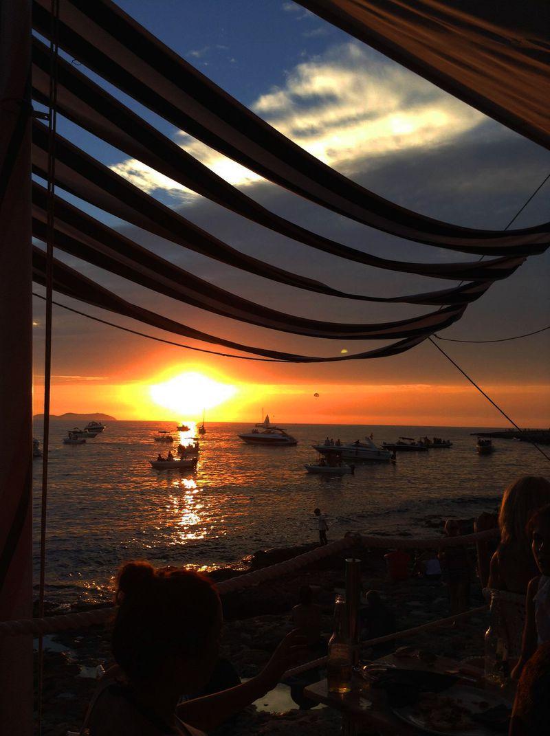 2d84a2e86d42 イビサ島「カフェ・デル・マール」で世界一のサンセットを! | スペイン ...