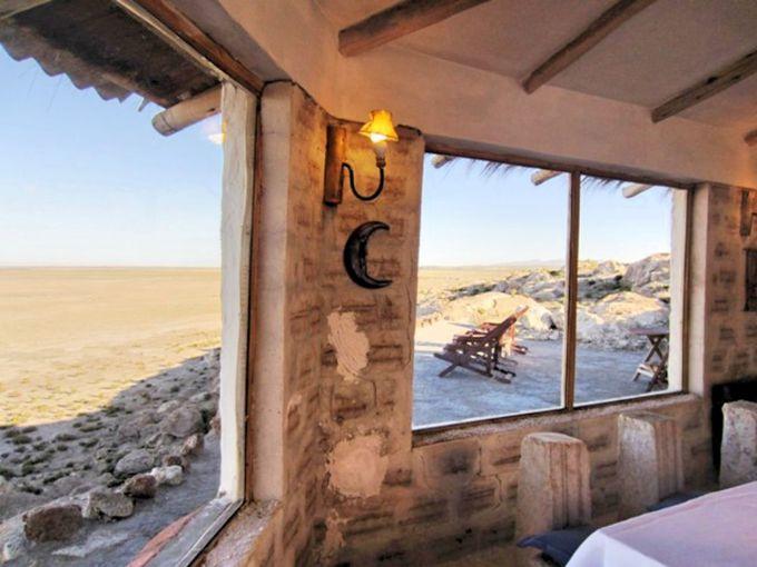 レストランの窓からの景色とボリビア料理