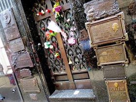 波瀾万丈!アルゼンチンの聖女『エビータ』の人生に触れる墓地