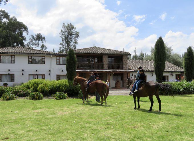 広い荘園内を乗馬で巡る