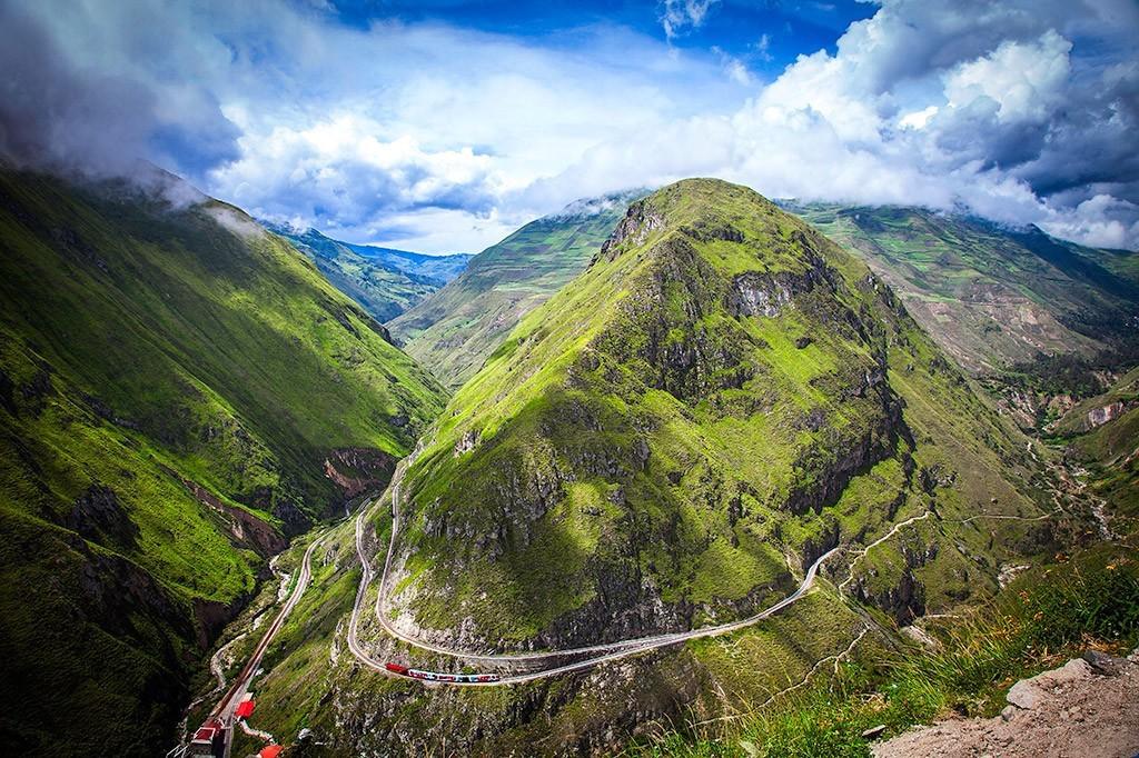 エクアドル列車「悪魔の鼻」で最難関の急勾配とアンデスの絶景を走る