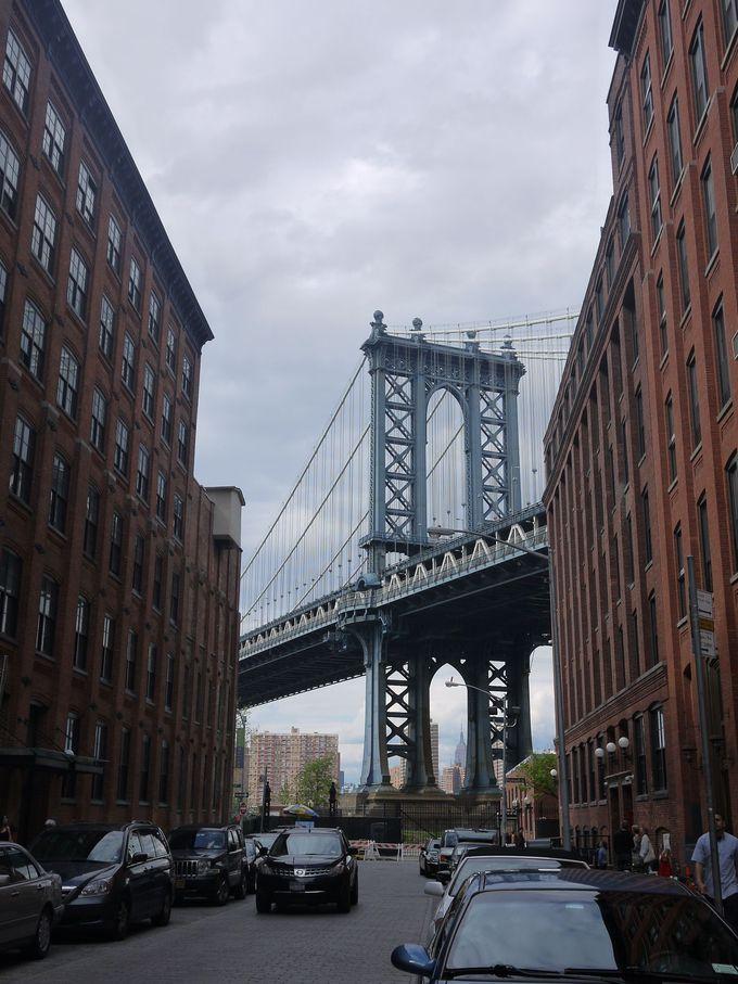 ビルの間から垣間見えるマンハッタンブリッジ