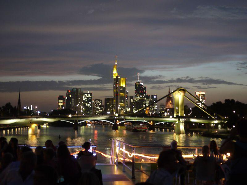 船上からの流れる夜景鑑賞!フランクフルト・マイン川クルーズ