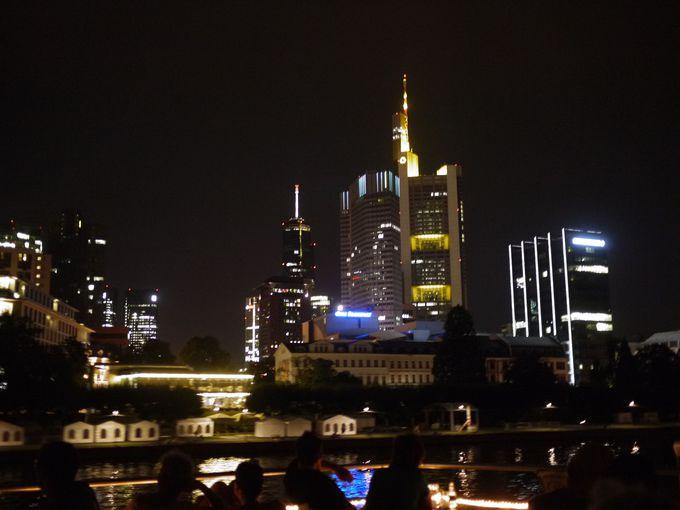 夜のフランクフルトは川沿いが人気