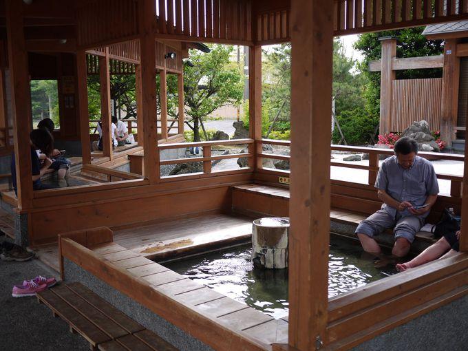 月岡温泉街の中心にはカップルで利用もできる足湯も!
