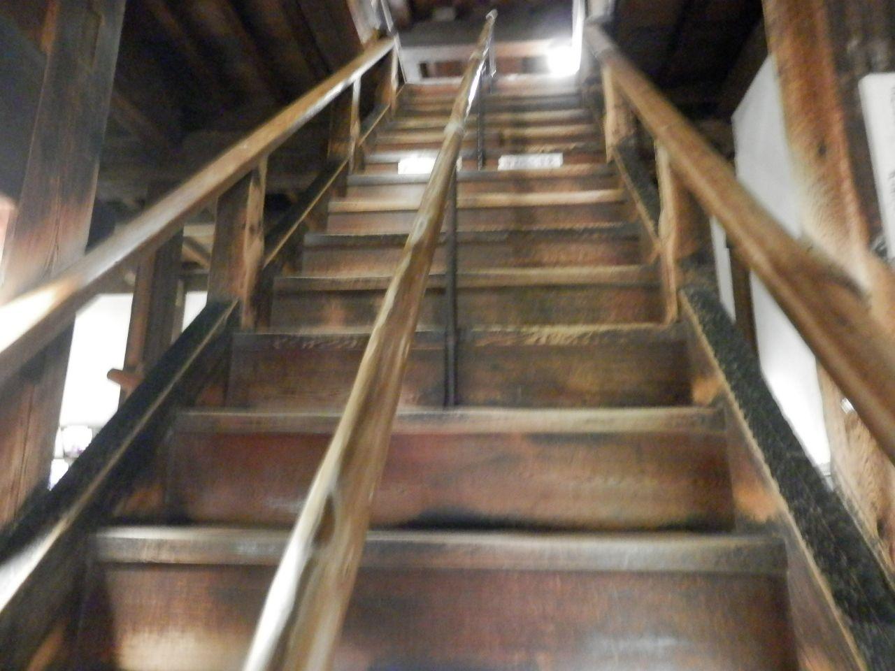 本物の城は階段も急勾配。観光用の城とはオーラがちがう。