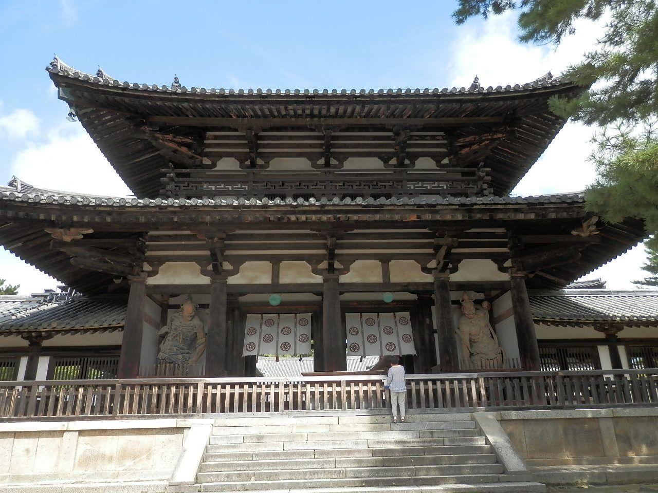 法隆寺の入り口から既に飛鳥の息吹を感じる