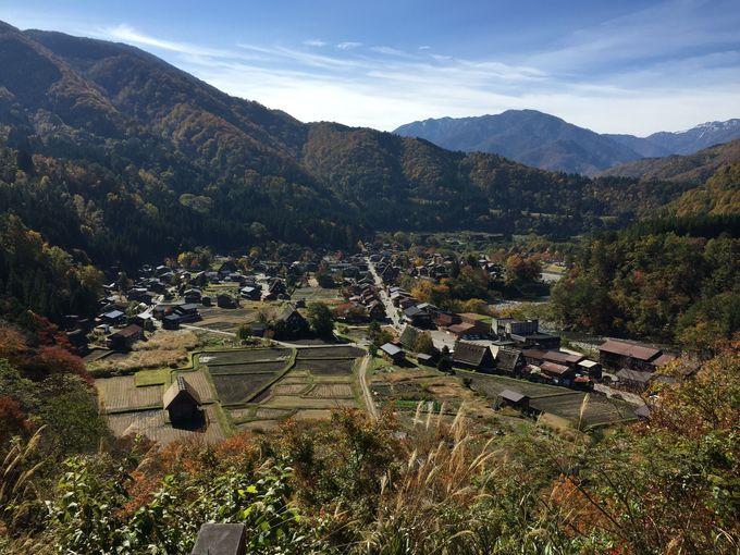 展望台から望む白川郷合掌村の美しい全景は、アニメ作品では「雛見沢村」として登場