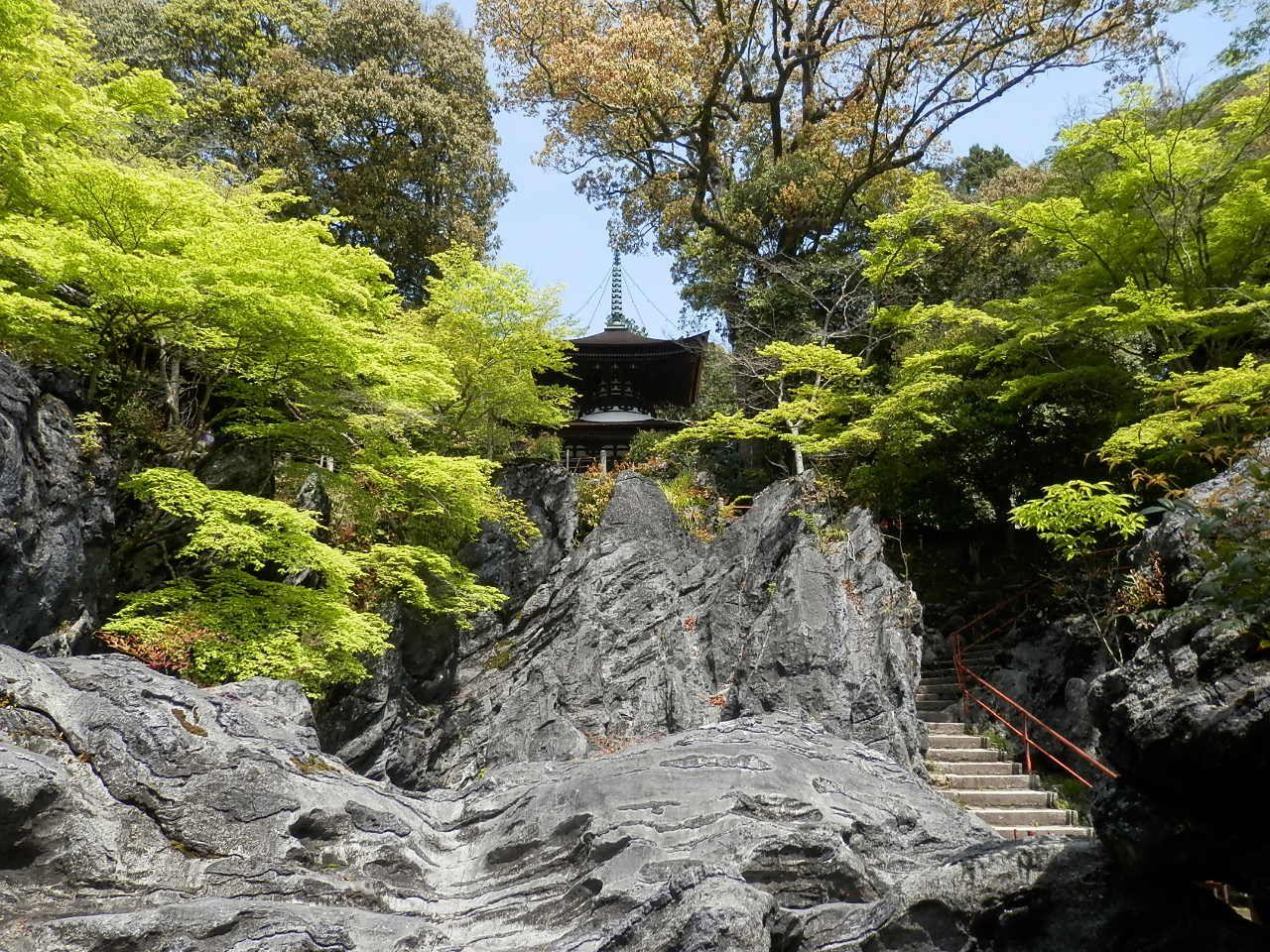 石山寺は名前の如く石山の上に