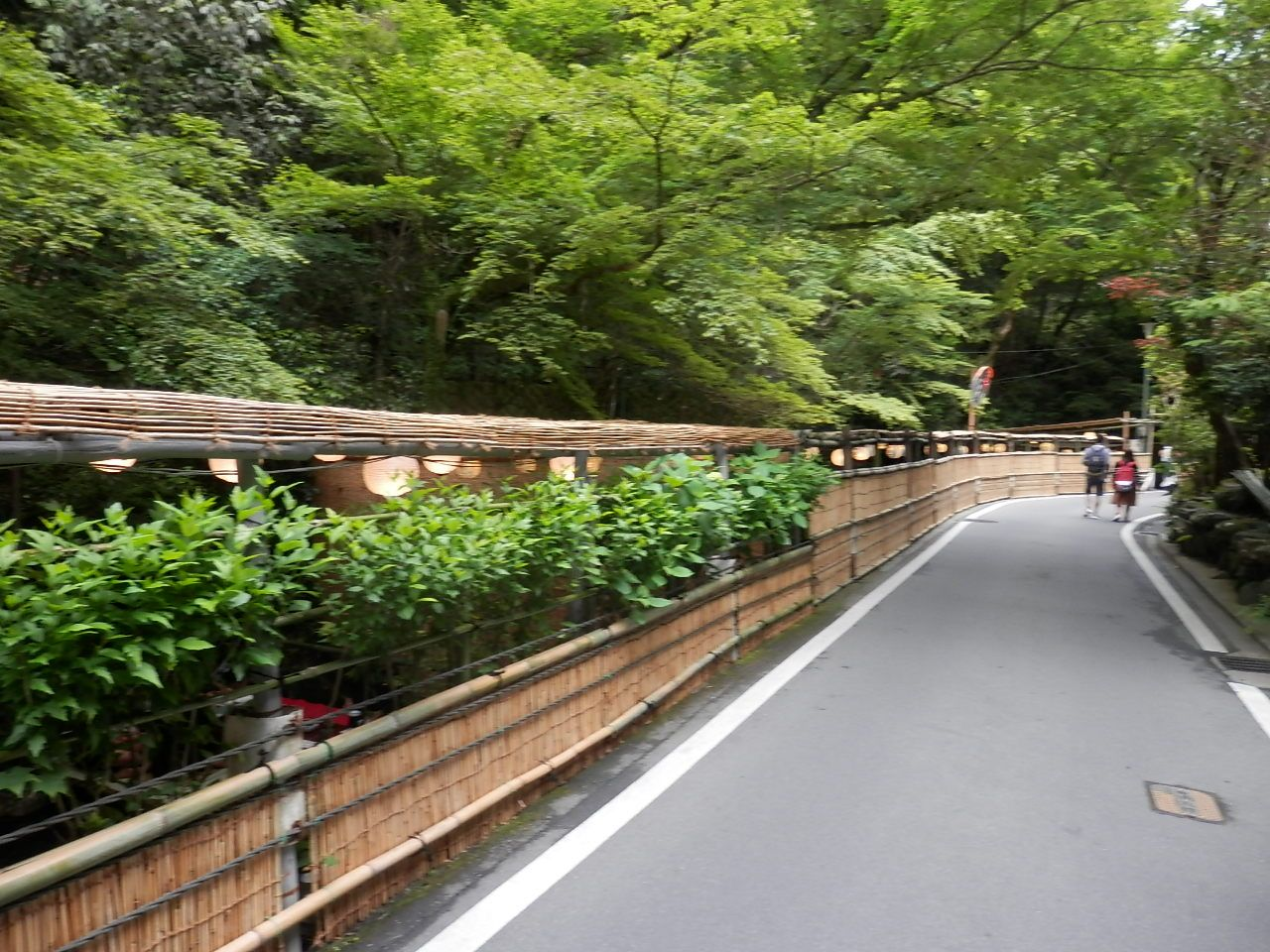 夏季の貴船神社周辺は川床の風景が気持ちいい