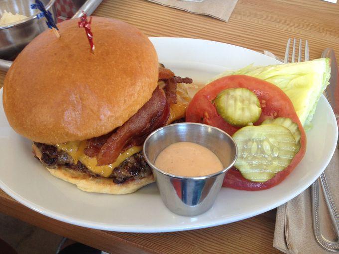 ハンバーガーはお肉の大きさ、焼き方、チーズの種類やトッピングであなたのお好みにカスタマイズ