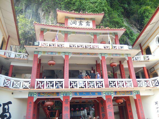 岩山の中にある洞窟寺院