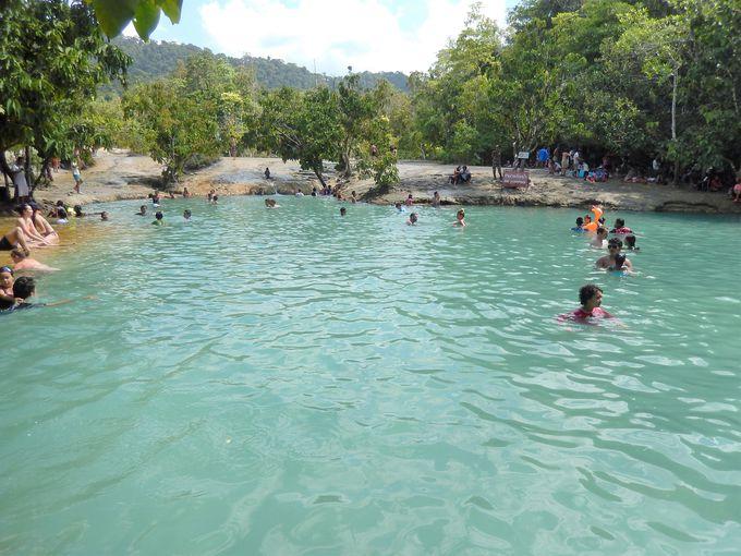 エメラルドグリーンの巨大露天風呂