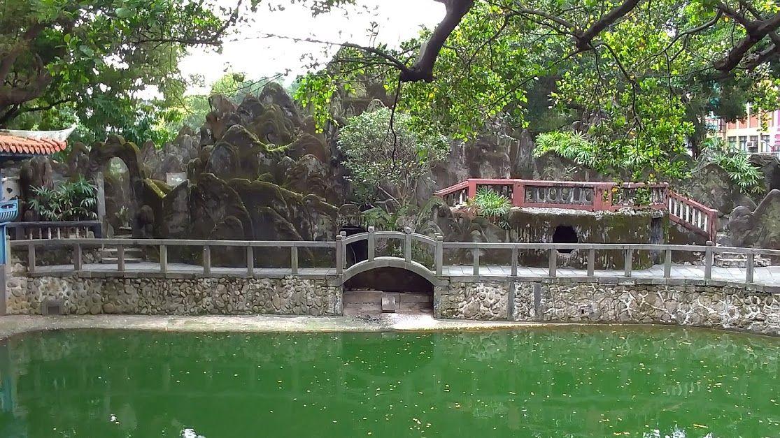 水墨画の趣きの中国式庭園