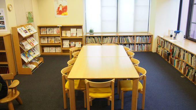 図書室でゆっくり読書を楽しむ