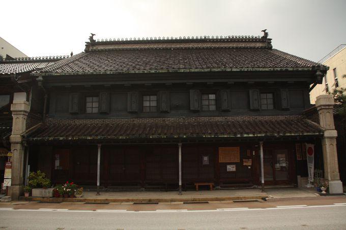 重厚な漆喰塗りの、火災に強い「土蔵造り」の町。