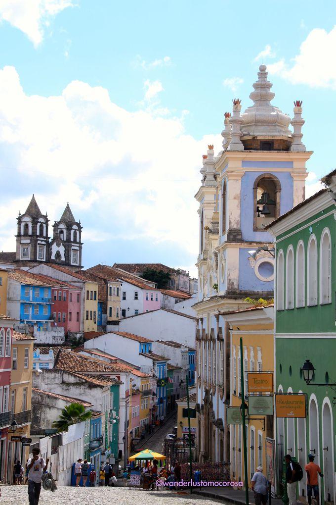 色鮮やかな建物と多くの教会が。そんな街の雰囲気とは正反対の悲しい歴史