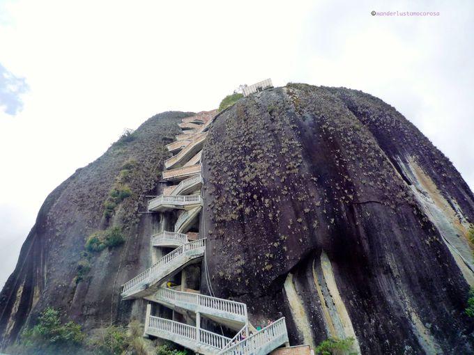 思わず見入ってしまう、存在感のある巨大岩