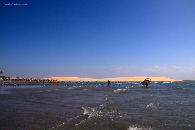 真っ青な空と海、真っ白な砂丘のコントラストが美しい場所