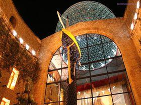 奇天烈な世界 スペイン「ダリ美術館」夜はシュール度アップ!