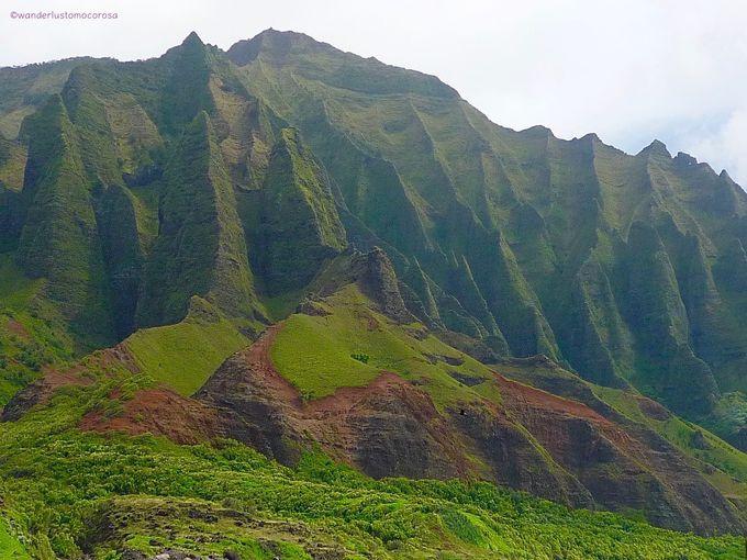 断崖絶壁がどこまでも続く海岸線、「ナ パリ コースト」