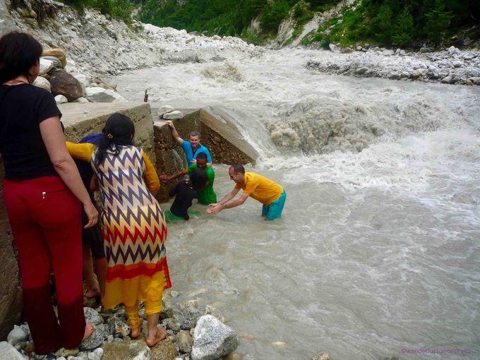 聖なる川の清流で沐浴!