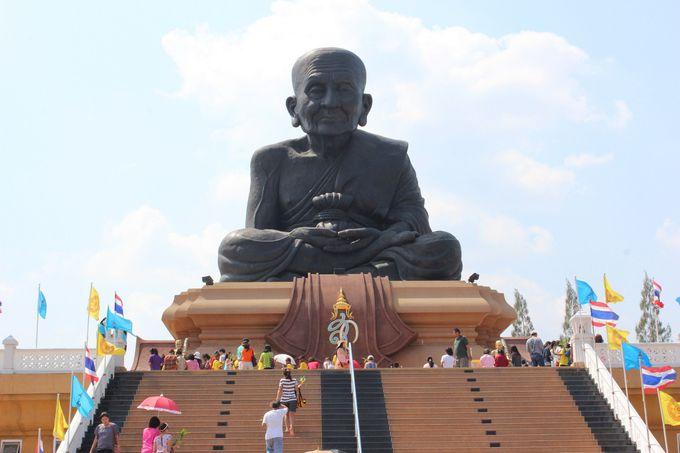 圧巻!名僧の像が拝める「ワット・フワイ・モンコン」