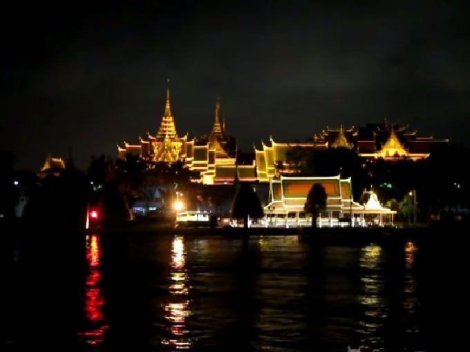 ライトアップされたきらびやか寺院