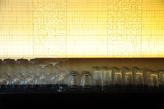 昼はカフェ、夜はバーの赴きある店内。