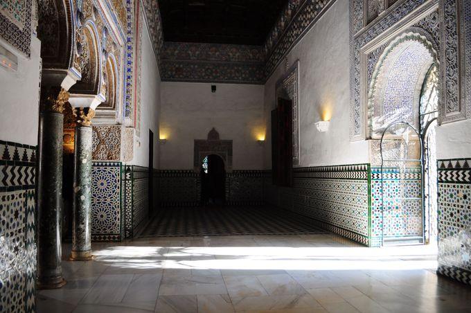 光と影の共演、廊下さえも見逃せない!!