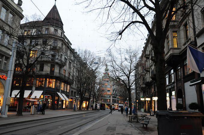 日中のショッピングストリートも朝は静か。