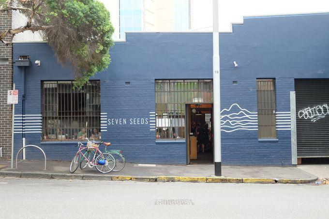 倉庫を改装した店舗は、さわやかなブルーが目印