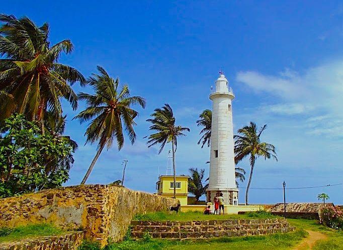 沖を行く船を見守る白亜の灯台