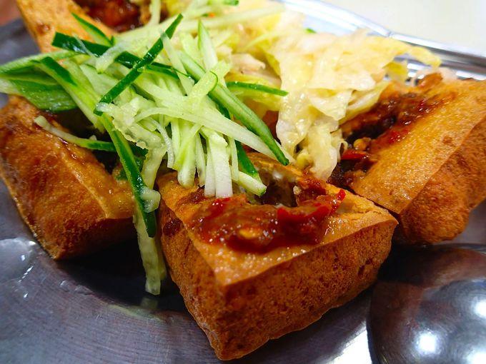定番は何と言っても揚げたて「臭豆腐」と白菜漬