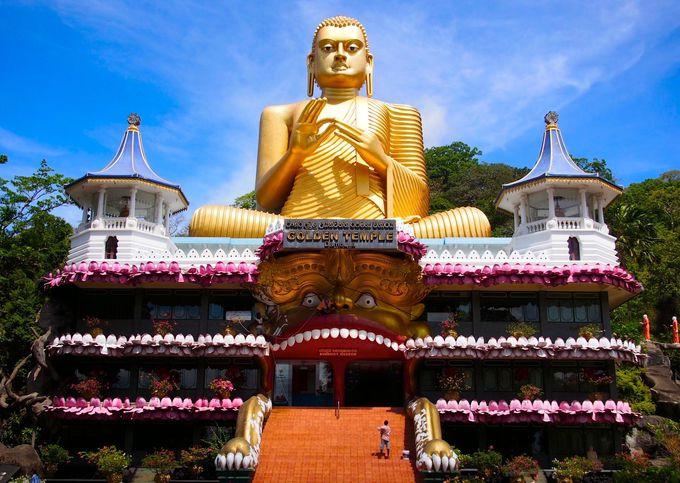あれ?と悩んでしまいそうな、博物館と黄金の仏像が迎えてくれます