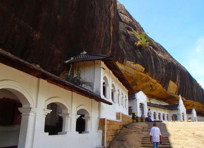 高さ150メートルの岩山の中腹に建つ石窟寺院