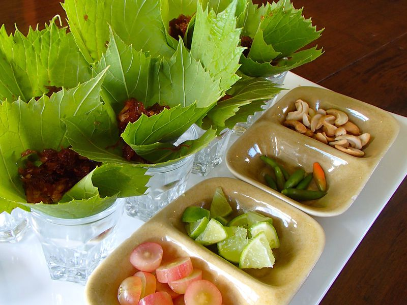 ぶどうの葉を使った絶品料理に舌鼓