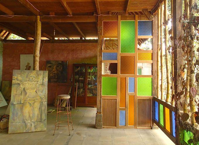 ボロブドゥールを題材にした絵画が並ぶ倉庫ギャラリー