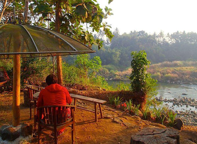 ボロブドゥールの村の奥。川沿いにたたずむアートハウス