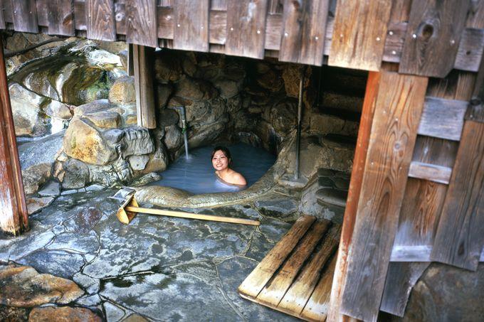 1日に7回も湯の色が変わるといわれる世界遺産の温泉「つぼ湯」